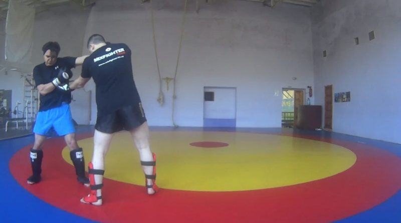 Бокс. Два прямых и апперкот в корпус на встречном ударе сбоку в голову.