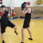 Отработка серий ударов в кикбоксинге. Упражнение для занимающихся второго года обучения.